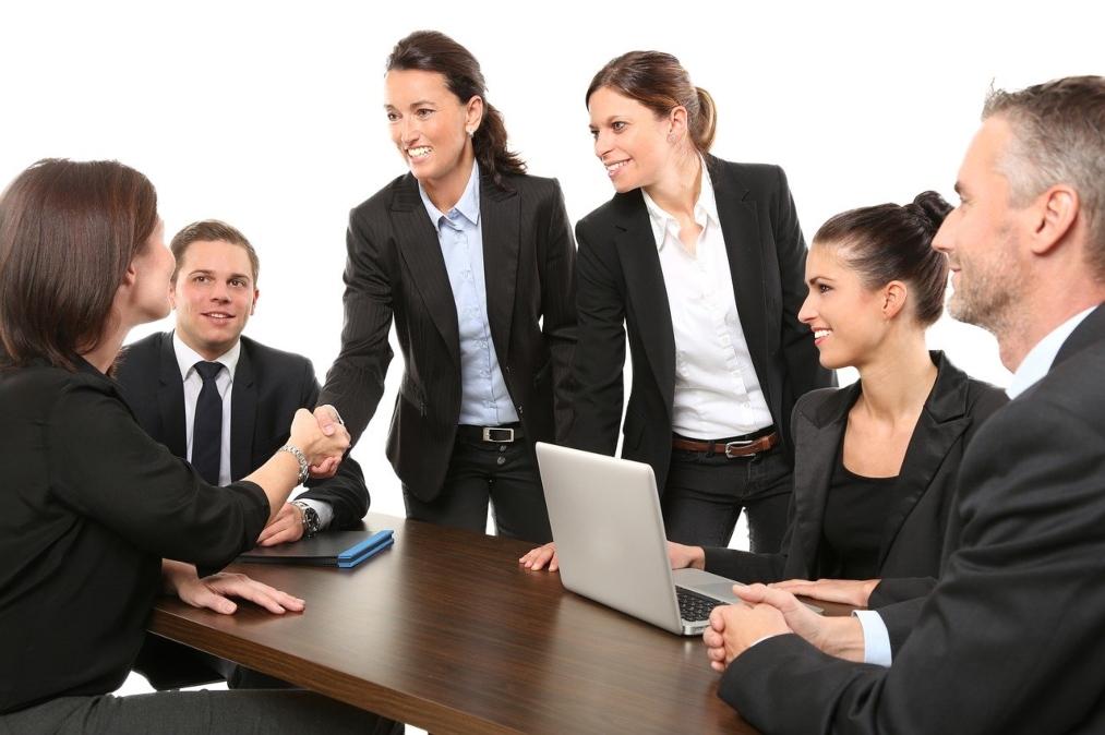equipe-travail-professionnels-femme-debout